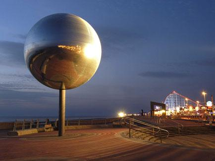 Places-to-Eat-Mirrorball-at-Night